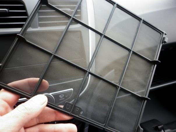 Снять салонный фильтр на автомобиле Hyundai Solaris 2010-2016