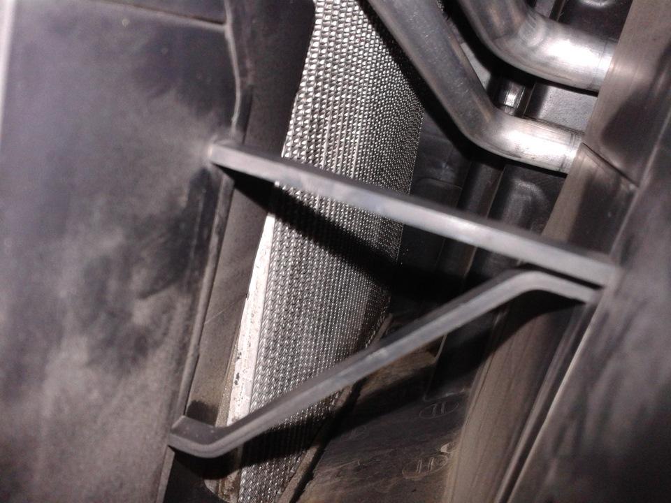 Канал воздуховода для чистки испарителя на автомобиле Hyundai Solaris 2010-2016
