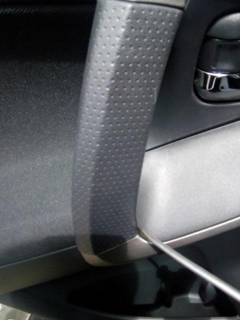 Поддевание отверткой декоративной накладки двери Toyota RAV4