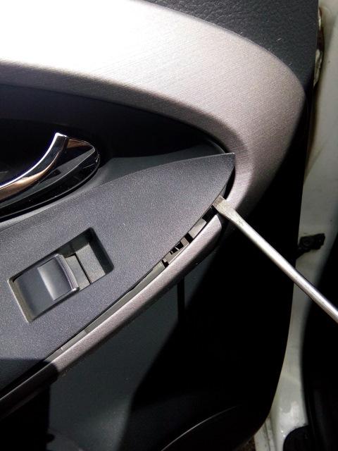 Место поддевания кнопки дверей Toyota RAV4