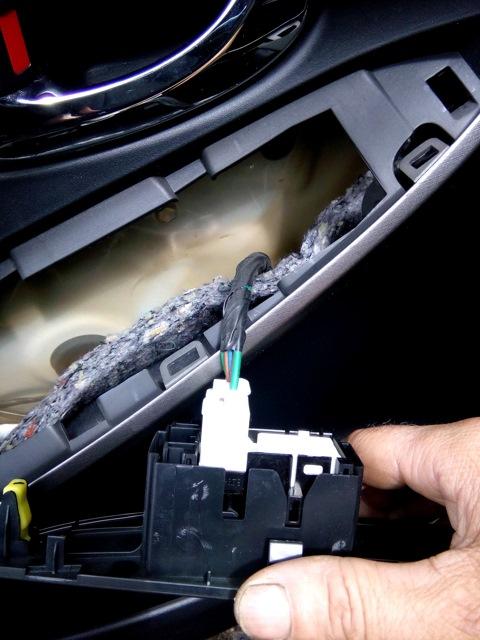 Отключение разъема дверной кнопки в Toyota RAV4