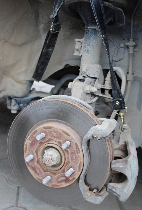 Замена тормозных колодок тормозных механизмов передних колес Mitsubishi Lancer X