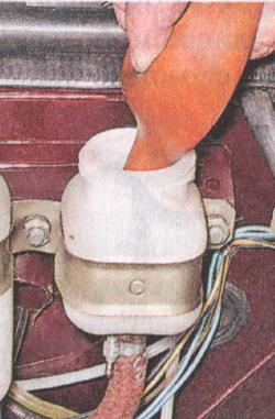 Откачка жидкости из бачка сцепления Chevrolet Niva