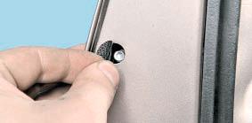 Заглушка отверстия болта крепления выключателя замка передней двери Nissan Qashqai