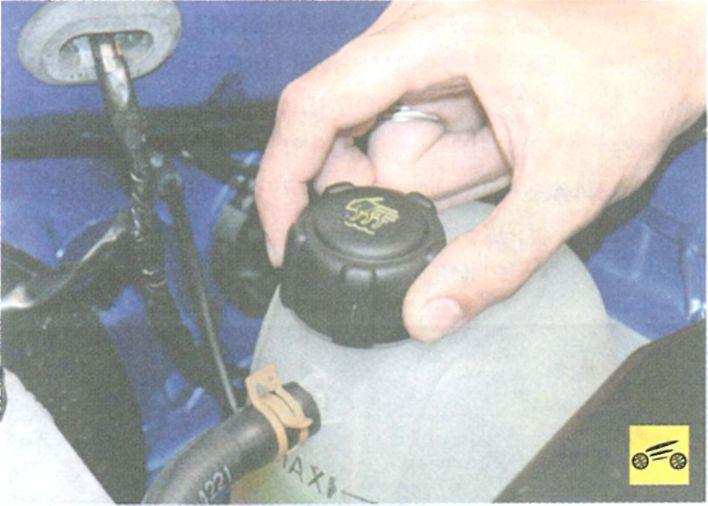где расположен бачок тормозной жидкости рено кенго фото