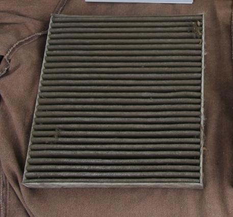Снятый загрязненный фильтрующий элемент салонного фильтра Mitsubishi Outlander XL