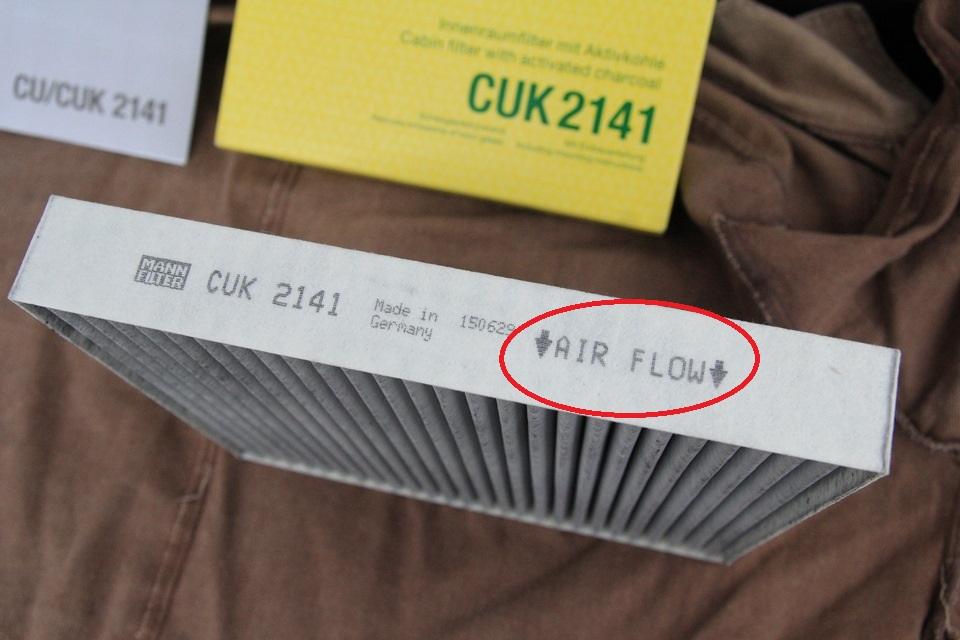 Размещение стрелок направления воздушного потока и правильности установки фильтрующего элемента салонного фильтра Mitsubishi Outlander XL