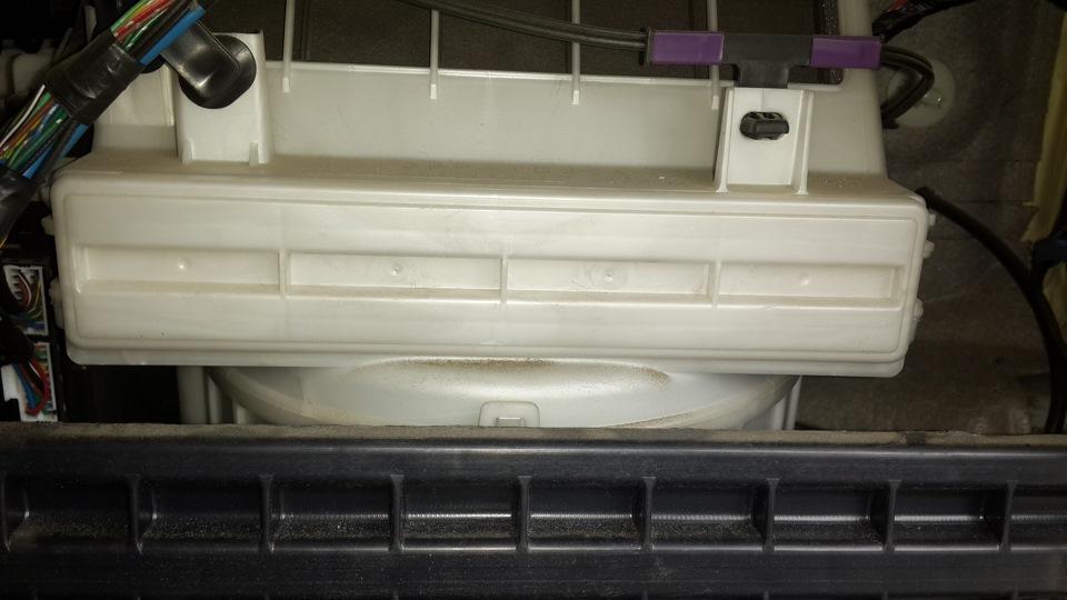 Установленная крышка салонного фильтра Mitsubishi Outlander XL