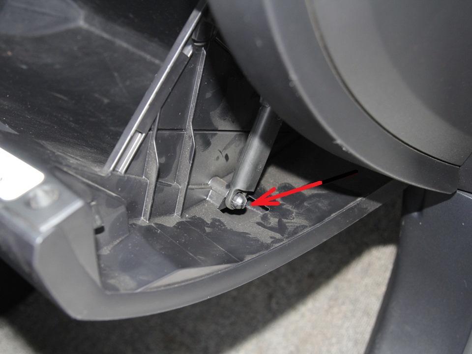 Размещение крепления штанги ограничителя открывания вещевого ящика Mitsubishi Outlander XL