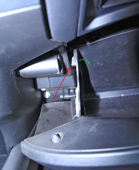 Направление отгибания левого ограничителя открывания вещевого ящика Mitsubishi Outlander XL