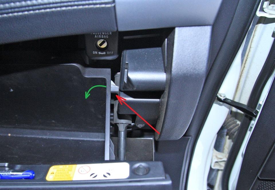 Направление отгибания правого ограничителя открывания вещевого ящика Mitsubishi Outlander XL