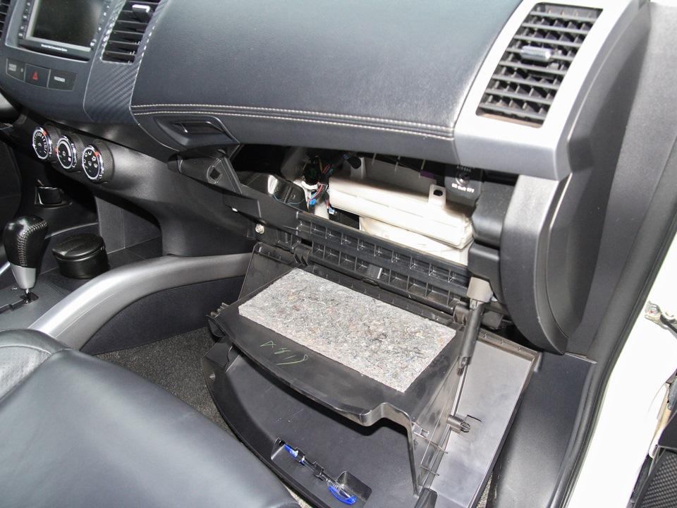 Опускание в крайнее нижнее положение вещевого ящика Mitsubishi Outlander XL