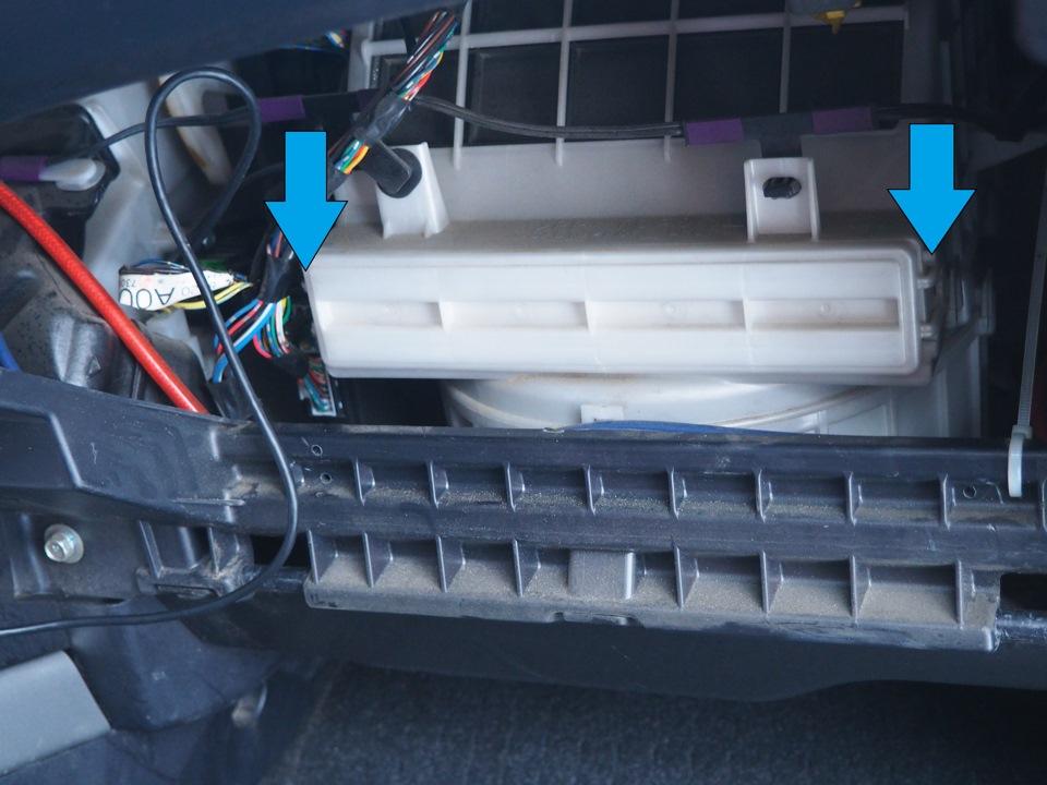 Размещение защелок крышки салонного фильтра Mitsubishi Outlander XL