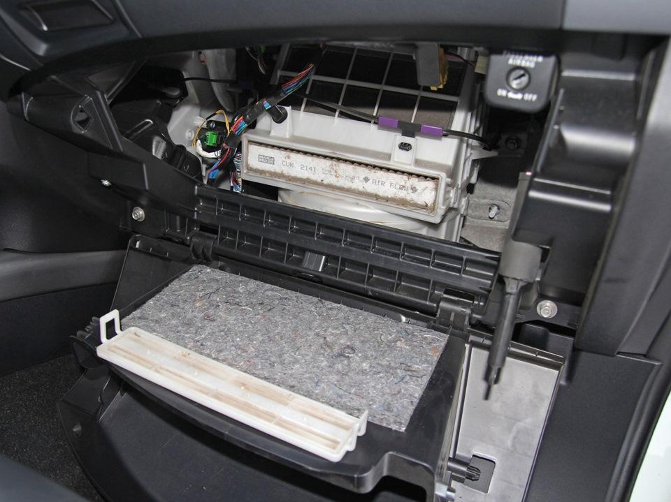 Снятая крышка корпуса салонного фильтра Mitsubishi Outlander XL