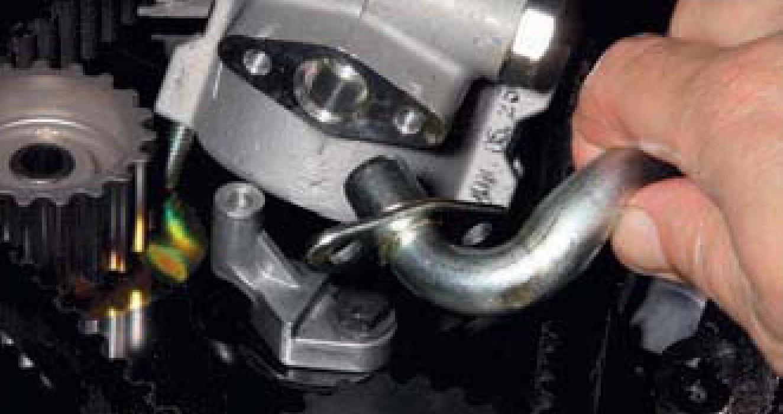 Отсоединение трубки всасывающей магистрали от корпуса насоса гидроусилителя рулевого управления двигателя F16D3 Daewoo Nexia N150