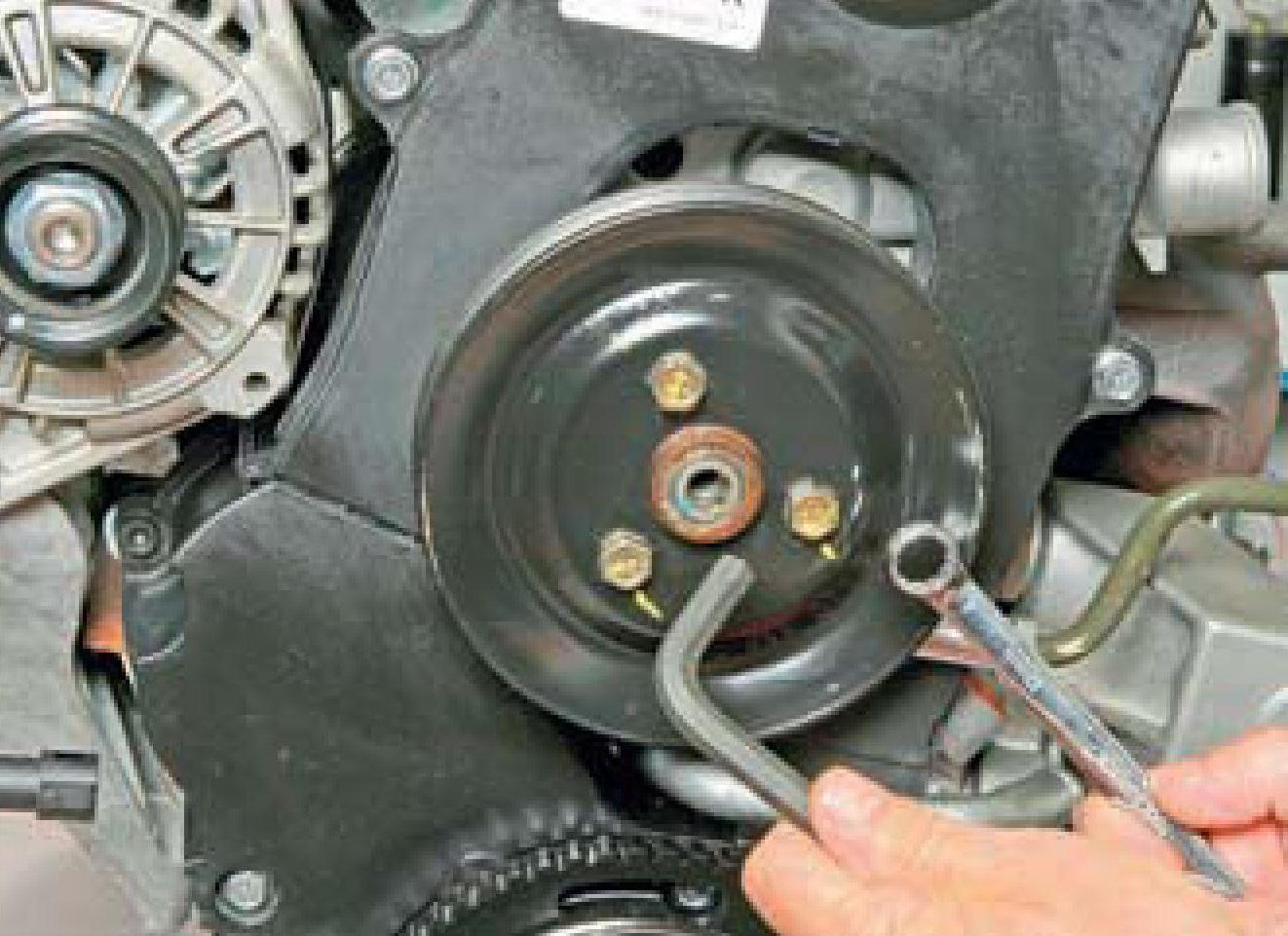 Отворачивание болтов крепления шкива насоса гидроусилителя рулевого управления с двигателя A15SMS Daewoo Nexia N150