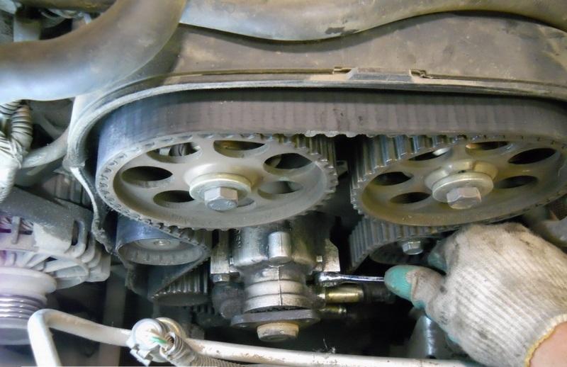 Отворачивание болтов крепления насоса гидроусилителя рулевого управления двигателя F16D3 Daewoo Nexia N150
