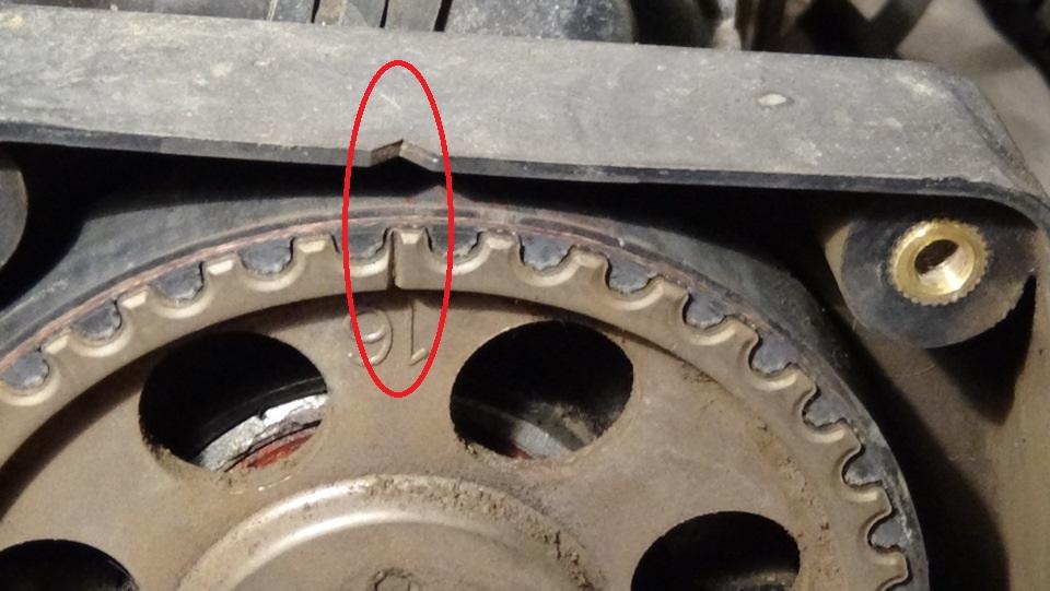 Совмещение меток на зубчатом шкиве распределительного вала с прорезью на задней крышке привода ГРМ двигателя A15SMS Daewoo Nexia N150