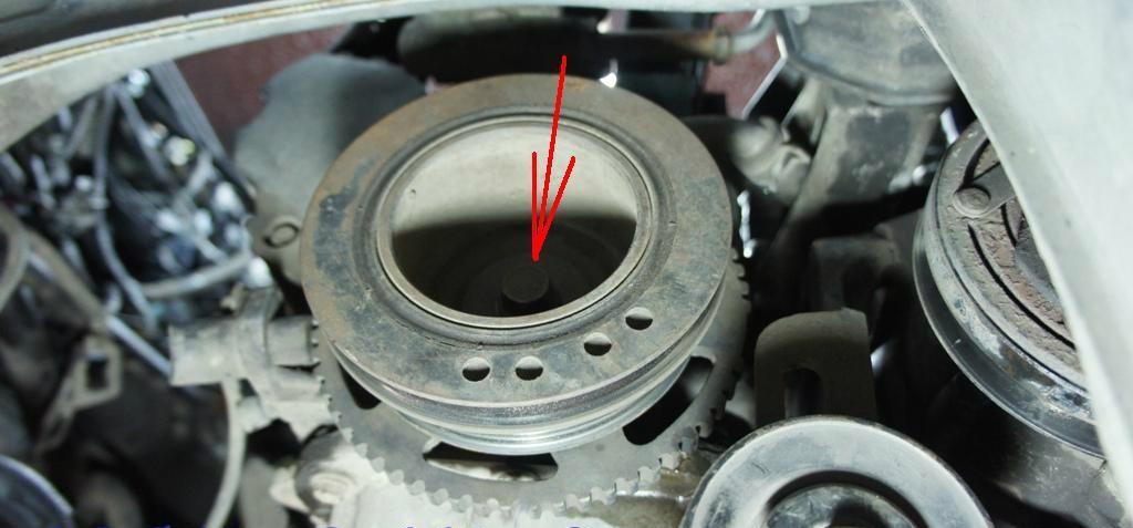 Размещение болта крепления шкива привода вспомогательных агрегатов двигателя A15SMS Daewoo Nexia N150