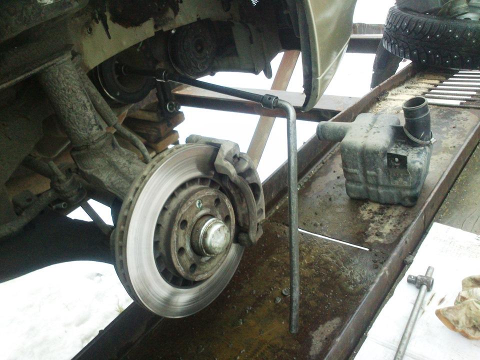 Отворачивание болта крепления шкива привода вспомогательных агрегатов двигателя A15SMS Daewoo Nexia N150