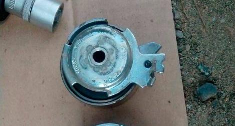 Снятый натяжной ролик ремня ГРМ двигателя A15SMS Daewoo Nexia N150
