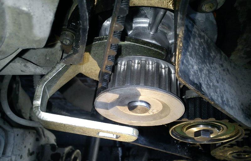 Поворачивание специальным ключом насоса охлаждающей жидкости двигателя A15SMS Daewoo Nexia N150
