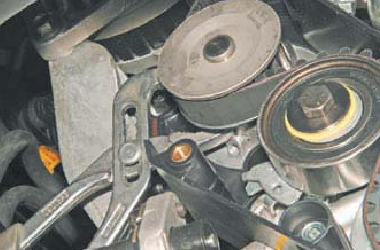 Поворачивание раздвижными плоскогубцами насоса охлаждающей жидкости двигателя A15SMS Daewoo Nexia N150