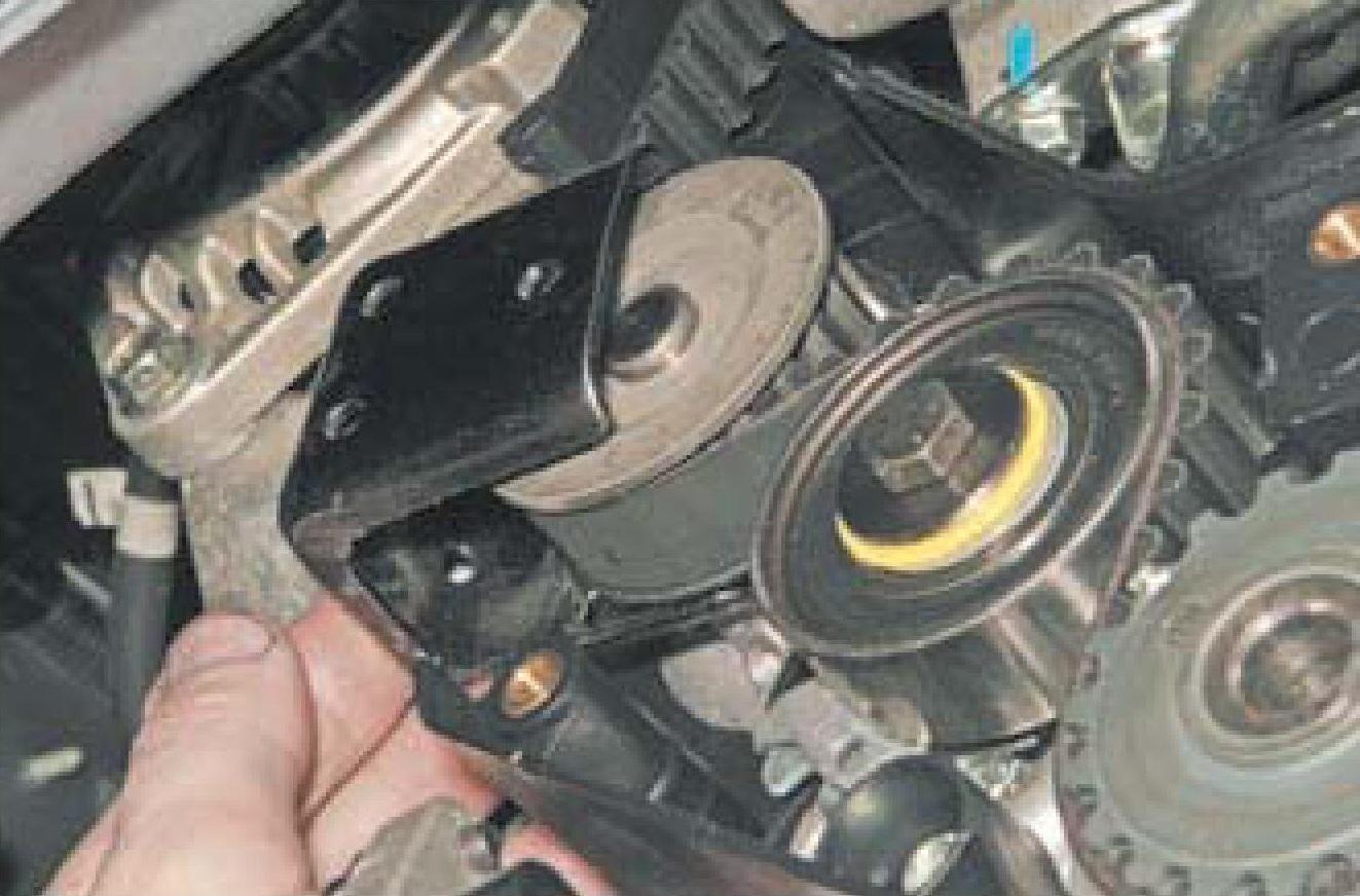 Поворачивание самодельным приспособлением насоса охлаждающей жидкости двигателя A15SMS Daewoo Nexia N150