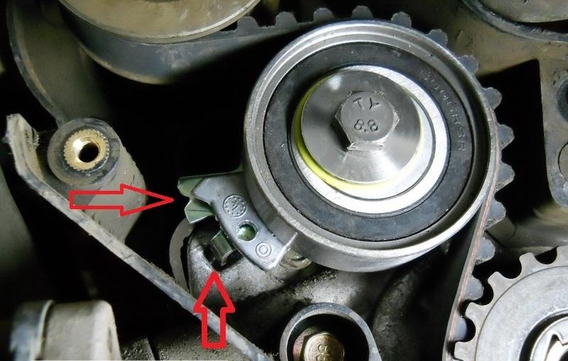 Совмещение указателя подвижной планки натяжного ролика с выемкой на кронштейне ролика ремня ГРМ двигателя A15SMS Daewoo Nexia N150
