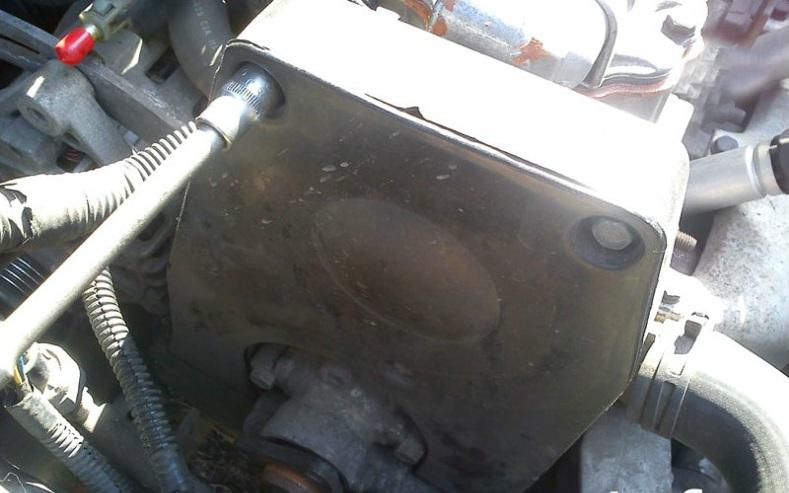 Отворачивание болта крепления верхней передней крышки привода ГРМ двигателя A15SMS Daewoo Nexia N150