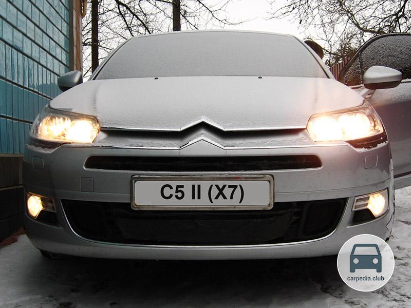 Включенный дальний свет фар на автомобиле Citroen C5 II
