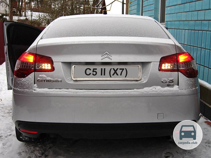 Включенные фонари заднего хода автомобиля Citroen C5 II