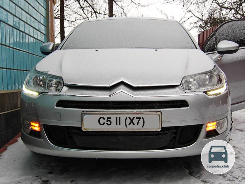 Включенные передние указатели поворота автомобиля Citroen C5 II