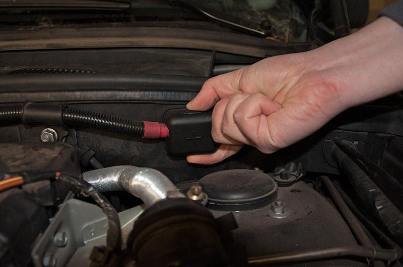 Открыть крышку плюсового специального вывода для зарядки батареи BMW X5 I E53 1999 - 2006
