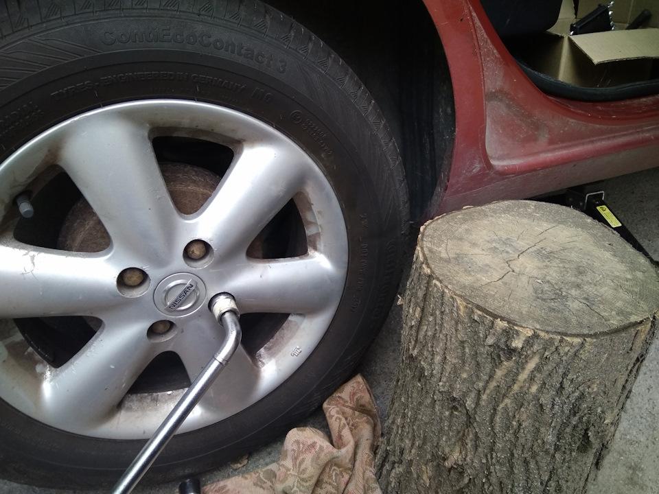 Замена задних тормозных колодок Nissan Note 2004 - 2012