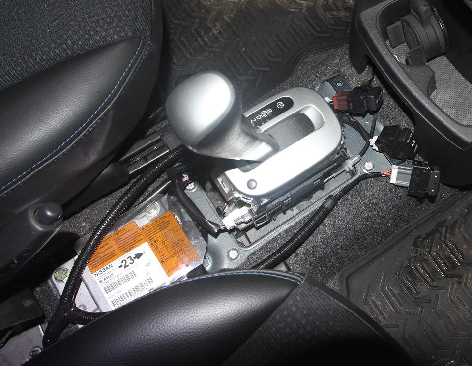 Снятие и установка облицовки тоннеля пола Nissan Note 2004 - 2012