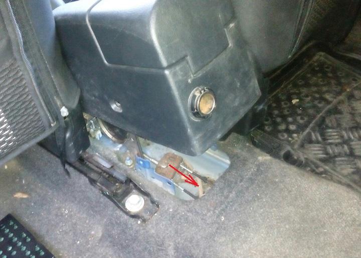 Замена переднего троса привода стояночного тормоза Nissan Note 2004 - 2012