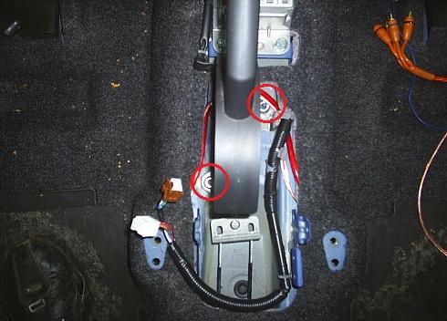 Снятие рычага привода стояночного тормоза Nissan Note 2004 - 2012