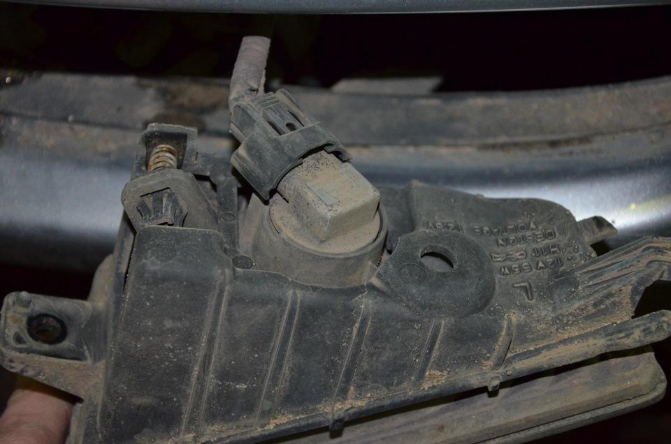 Замена лампочки в передней противотуманной фаре Honda Civic 2005 - 2011