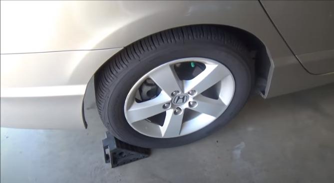 Снятие передней амортизаторной стойки Хонда Цивик 2005 - 2011