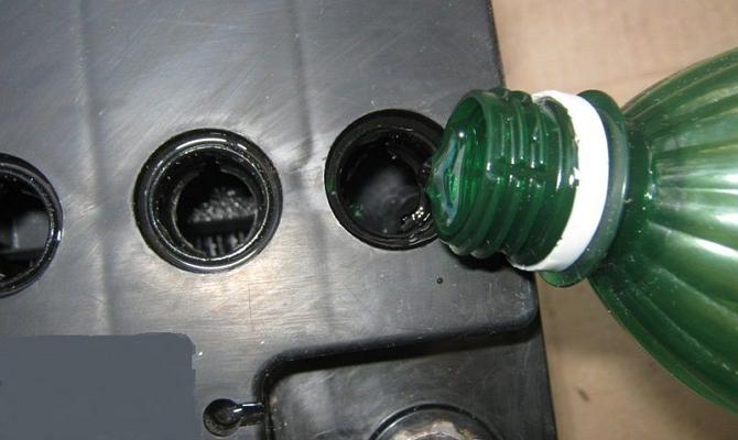 Залить дистиллированную воду в аккумуляторную батарею на автомобиле Hyundai Solaris