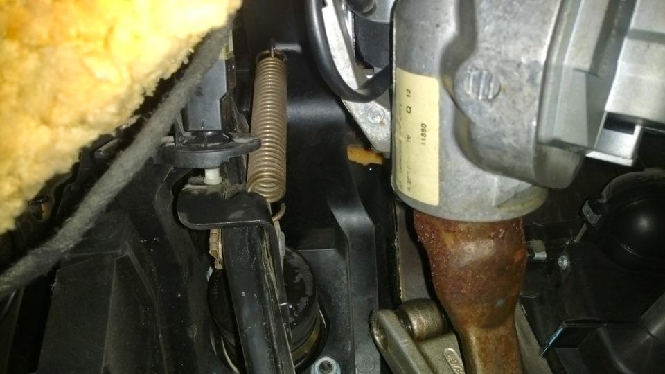 мерседес w203 почему нет лягушки над педалью тормоза