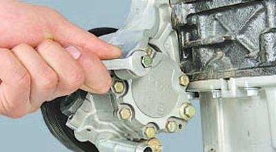 Выворачиваем болт крепления насоса гидроусилителя рулевого управления к кронштейну со стороны задней крышки насоса Chery Tiggo