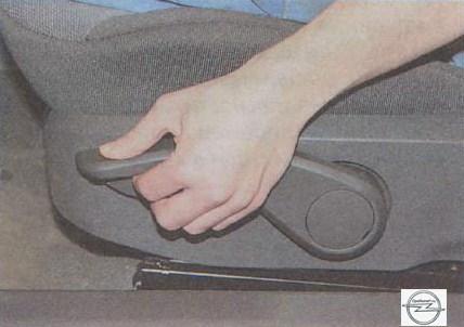Опускание подушки сиденья на автомобиле Opel Astra